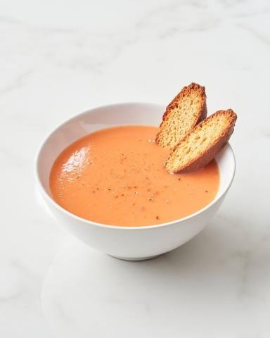Imagen de un plato de gazpacho, uno de los alimentos típicos del verano que podemos arruinar