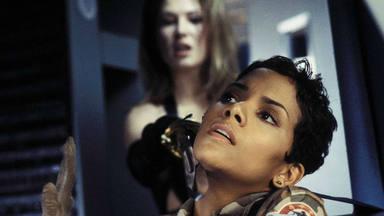 Halle Berry en una de las escenas de 'Muere otro día'
