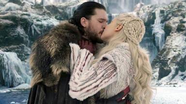 Kit Harington y Emilia Clarke se besan en 'Juego de Tronos' como Jon Snow y Daenerys Targaryen