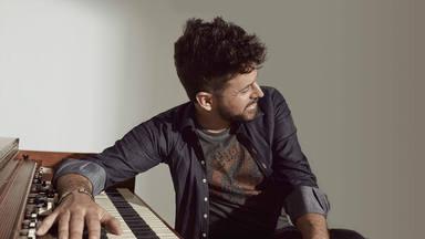 """Pablo López ve arder un piano en el que sería su próximo videoclip para el álbum """"UniKornio"""""""