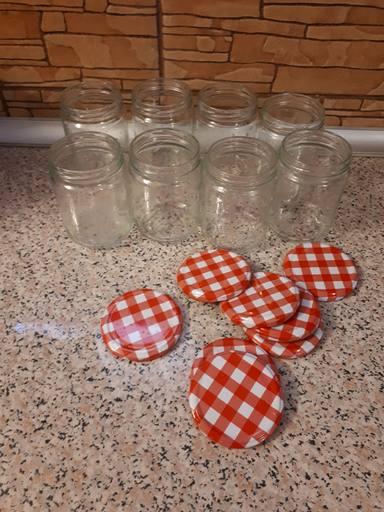 Botes de conserva para almacenar el tomate