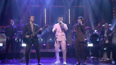 Jonas Brothers en el 'late night' de Jimmy Fallon