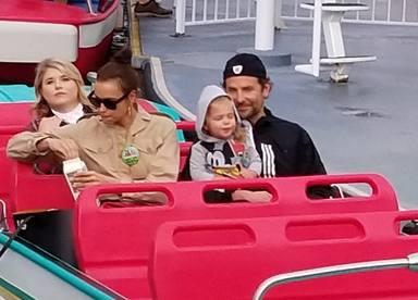Bradyley Cooper, Irina Shayk y su hija Lea disfrutan de un dia en DisneyLand
