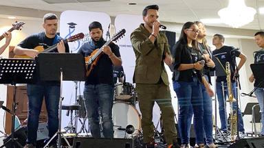 Luis Fonsi participa en la entrega de instrumentos en una escuela musical de Puerto Rico