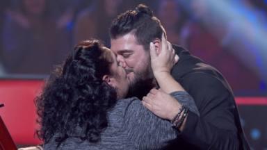 La concursante 'Tata' (Rosario) besa a Antonio Orozco, tras entrar en su equipo