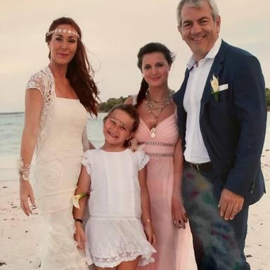 Carlos Sobera junto a su mujer y sus hijas el día de su boda