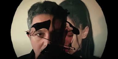 Aquí está el nuevo y brillante videoclip de Alejando Sanz y Beatriz Luengo para la canción 'Ojos de Mandela'