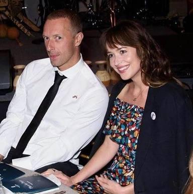 Dakota Johnson graba un divertido vídeo con la ayuda de Chris Martin