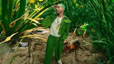 """J Balvin se pasea entre hormigas en el videoclip de """"Verde"""""""