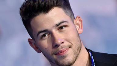 Nick Jonas arrasa en el escenario de 'SNL' mientras luce de forma espectacular traje estilo años 80