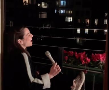 Ruth Lorenzo cantando desde su balcón durante la cuarentena