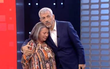 Carlos Sobera, emocionado, detiene el programa para tener un emotivo gesto con una concursante: Mecachis...