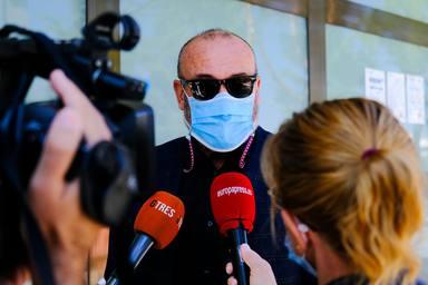 Manolo, hermano de Mila Ximénez, atendiendo a la prensa a las puertas del tanatorio