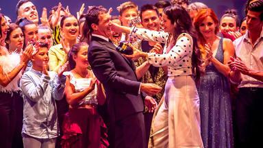 Rosalía recibe un premio de manos de Antonio Banderas y canta en directo