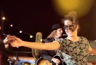 Sara en el videoclip Eso que tú me das