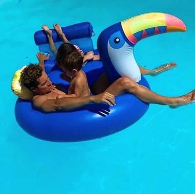 David Bisbal se divierte con sus hijos, Ella y Matteo, en la piscina para inaugurar el verano