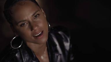 """Alicia Keys estrena el vídeo oficial de """"Perfect Way To Die"""" poniendo la rodilla en tierra"""