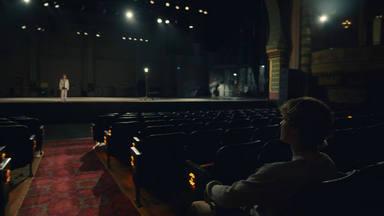 """Justin Bieber habla de sí mismo en """"Lonely"""" y, en su videoclip, se ve a sí mismo de niño sobre el escenario"""