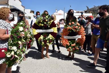 Los significativos mensajes de las coronas de flores para despedir al marido de Paz Padilla