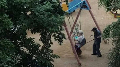 La entrañable imagen de dos abuelos montando en columpio que ha dado la vuelta al mundo