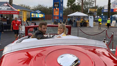 El reencuentro más emotivo entre Olivia Newton-John y John Travolta vestidos con la misma ropa que en 'Grease'
