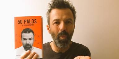 Pau Donés junto a su libro 50 palos... y sigo soñando