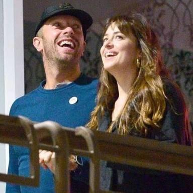 Parece ser que Chris Martin por fin tiene intenciones de casarse con la actriz, Dakota Johnson