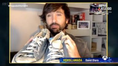 David Otero con las míticas zapatillas de El canto del loco