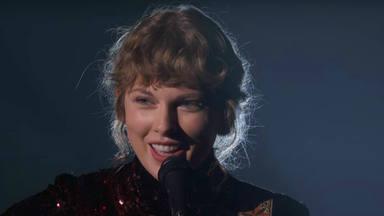 """Taylor Swift volvió a sus raíces interpretando """"Betty"""" en los Premios de la Academia de Música Country"""