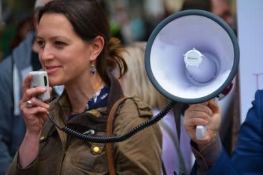 Vocalizar y no elevar la voz al usar mascarilla, claves para evitar disfonías