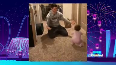 Así ha reaccionado un bebé cuando su padre llega con una bolsa de comida