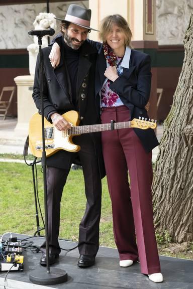 Así actuó en directo Leiva en la semana de la moda de París con su guitarra y dos canciones