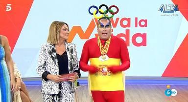 Torito, vestido de bandera de España, la vuelve a liar al zarandear a Carmen Borrego subida en una silla