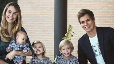 Carlos Baute y Astrid Klisans posan orgullosos junto a sus tres hijos en el bautizo de la pequeña Àlisse