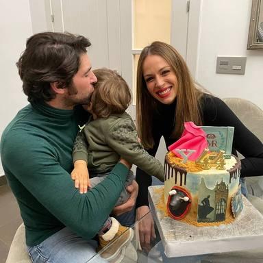Cayetano Rivera junto a su mujer, Eva González, y su hijo, Cayetano Jr., en una imagen de sus redes sociales