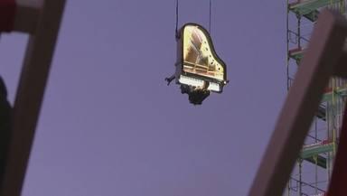 Un pianista toca penjat a 60 metres d'altura a Munic
