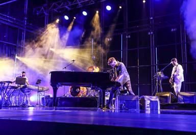 Pablo López al piano durante su actuación en el Concert Music Festival