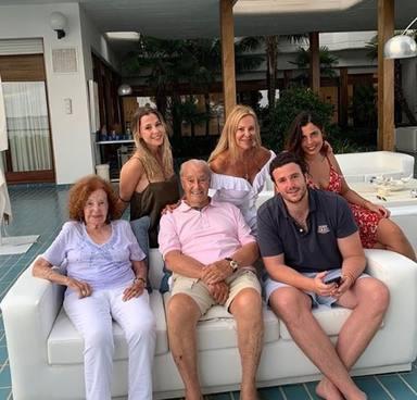 Aless Lequio junto a su madre, primos y abuelos