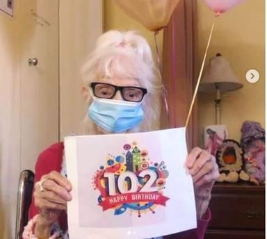 Angelina Friedman, de 102 años, se ha convertido en una heroína tras superar el coronavirus dos veces