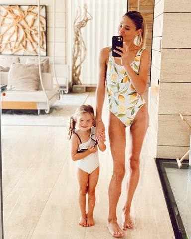 Carla Pereyra posa en bañador junto a su hija Francesca y le llueven las criticas