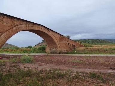 El puente de Ariza, construido en el siglo XVI, en Jaén se sigue ahogando 20 años después