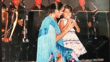 Isabel Pantoja junto a su hija pequeña, Chabelita, en un concierto