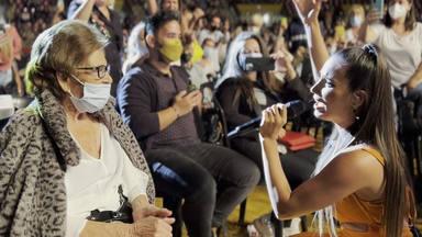 India Martínez le canta a su abuela en su concierto más emocionante