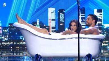 Paz Padilla en una bañera con un concursante