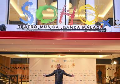 Antonio Banderas posa junto a la puerta del Teatro Soho en Málaga
