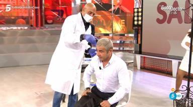 Kiko Matamoros con guantes y mascarilla le corta el pelo a Jorge Javier