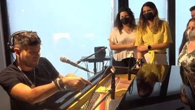 Varios oyentes de CADENA 100 en el estudio de Pablo López escuchando en directo al artista