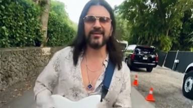 Juanes interpreta en la calle el tema que, sesenta y cuatro años después, ha vuelto al #1
