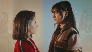 Aitana y Evaluna durante el videoclip