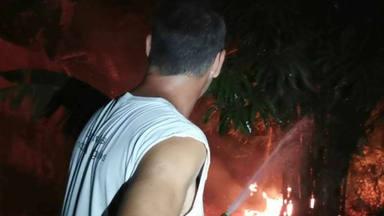 Frank Cuesta apaga un fuego que amenaza su casa